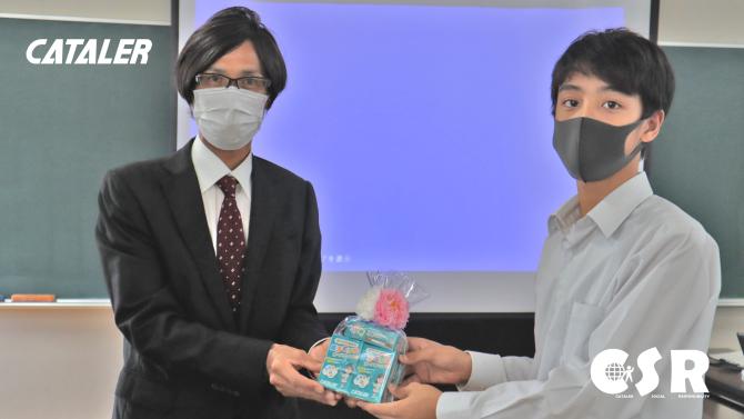 掛川市教育委員会に原子モデルカードと中古PCを贈呈しました